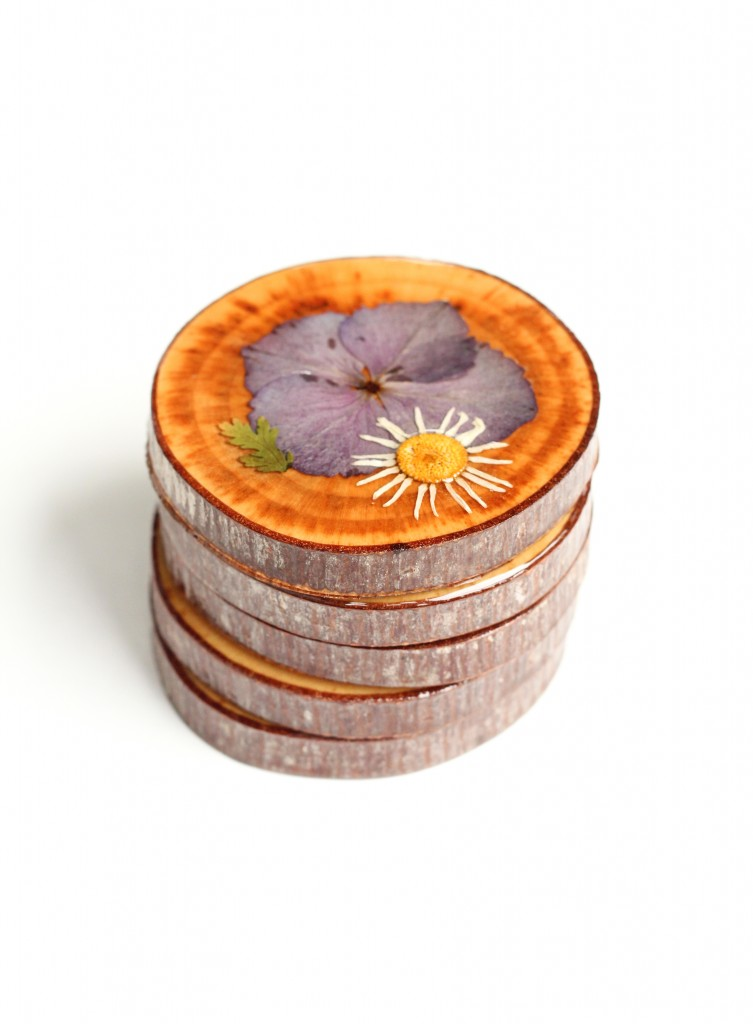DIY Dried Flower Coasters (click through for tutorial!)